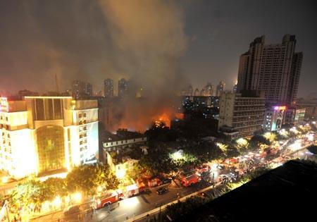 福州台江的一片居民区发生大火(组图)