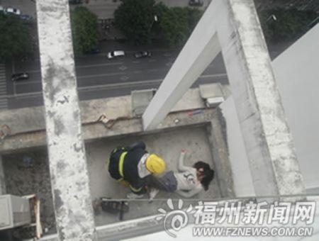 男友结婚新娘不是自己 女子爬上25层顶楼欲轻生(图)
