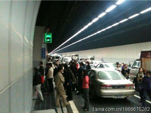 """众多车辆排长龙滞留。网友""""PoSai""""供图"""