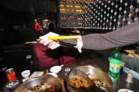 餐厅位于福州东百商场大楼内,食客险些呕吐;厨师称创可贴是食客自己扔进去的;店长表示免当晚用餐费用,再赔500元。