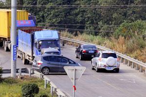 三岔路口拥堵 车辆冲突等拐弯