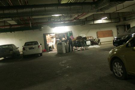地下车库变成服装仓库,成排小车停在仓库门口