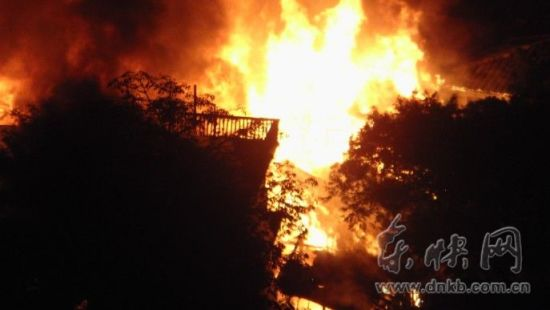 中亭街附近洲边小学后民房突发大火