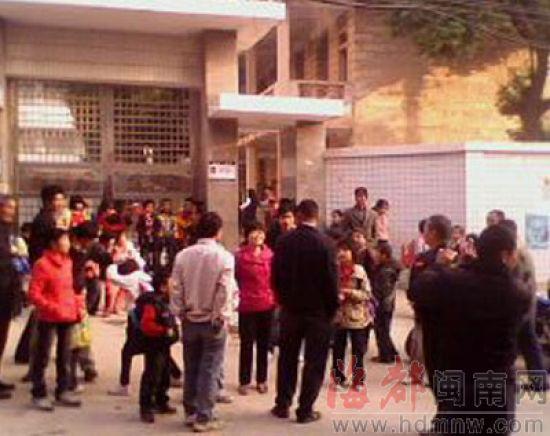 昨日,一些家长站在小学门口