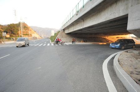 直行司机稍不注意,很难发现涵洞下有车开出,而且还有不少行人沿涵洞下的斑马线过马路