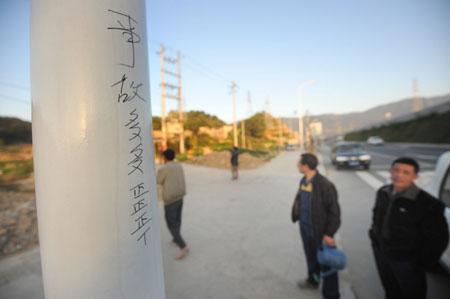 村民在路灯杆上记下车祸的次数