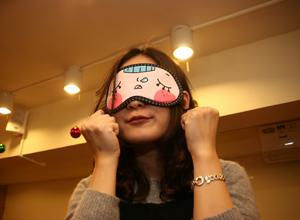 可爱MM带上眼罩装可怜