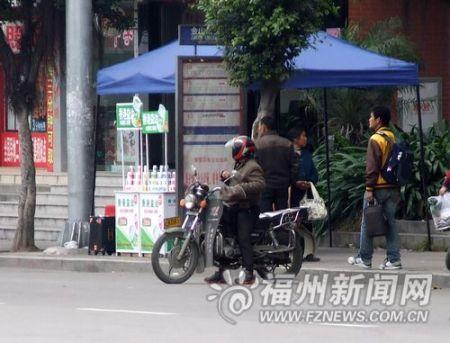 """福州公交停靠站成摩的侯客场所""""鹊巢鸠占""""留隐患"""