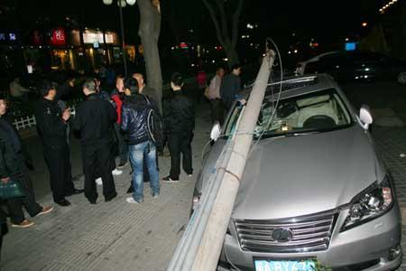 福州永安街路边5米水泥杆倒下 砸扁50万豪车(图)