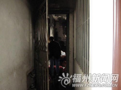 福州依姆点蜡烛找老鼠烧着房子 居民:消火栓没水(图)