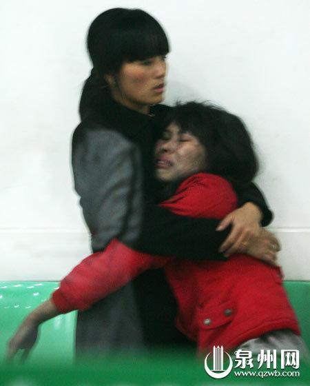 火魔夺走爱女与妹妹,逃生的杨华丽(右)肝肠寸断