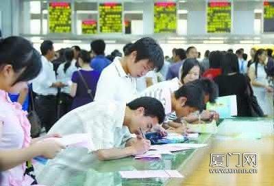 近年来,厦门市人才市场每年都举办十几场厦门生源毕业生公益专场招聘会。(图片来源:厦门日报)