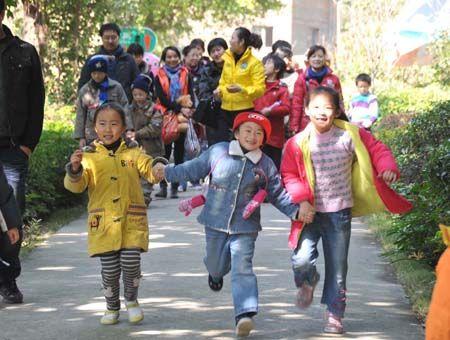 孩子们给娜娜准备了好多礼物,陪着她游动物园,到麦当劳用餐,笑声中的娜娜让人心暖