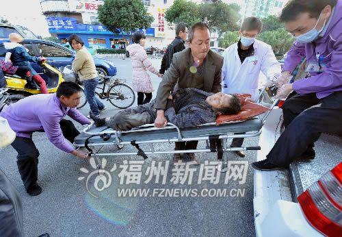 人行道上小车撞死老人 南平小伙送伤者被当肇事者(组图)