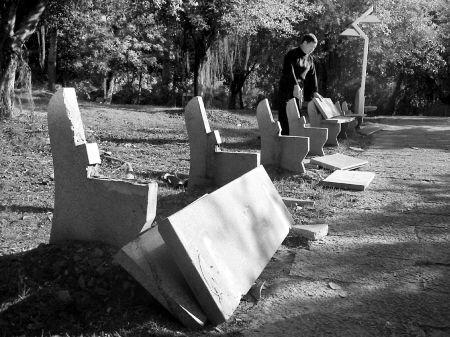 """黑手""""夜袭""""长乐冰心公园 近30张石凳遭损毁"""