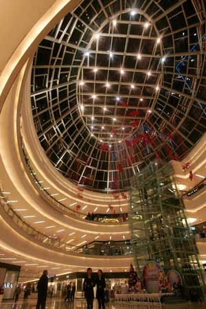 万达广场的商场穹顶采用透光设计,白天能照进阳光,夜晚如满天繁星