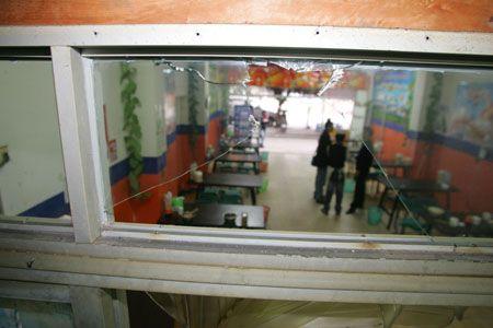 拉面馆的窗玻璃和玻璃门都被砸了