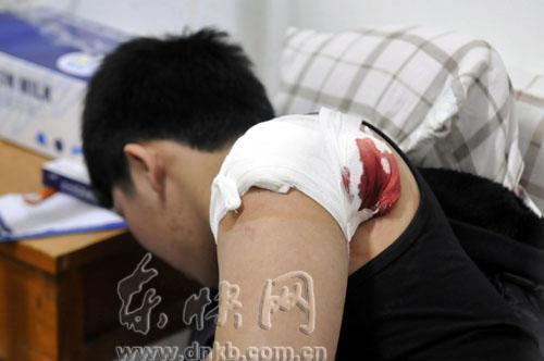 今日下午福州两城管遭小贩捅伤 一人背部被捅两刀(图)