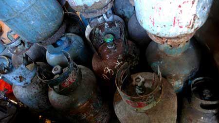 一大堆过期生锈的钢瓶