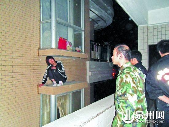 女子受惊逃到8楼窗外,回不去了