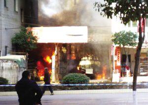 发生爆炸后,车厢厂着火