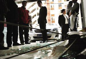 小车撞碎玻璃门