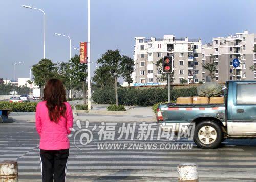 人行道上的绿灯只亮两秒钟