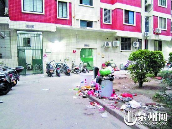 缺了保洁员,不到两天,小区里堆满了垃圾