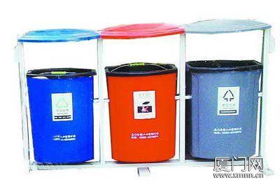 灰三色垃圾桶分别收集可回收垃圾
