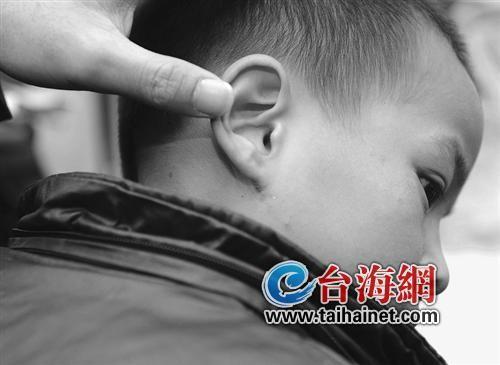 右耳刀疤发型