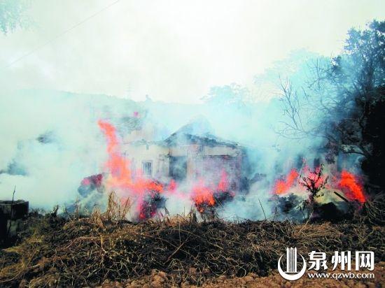 房屋前堆着大量木材,火势蔓延迅速。