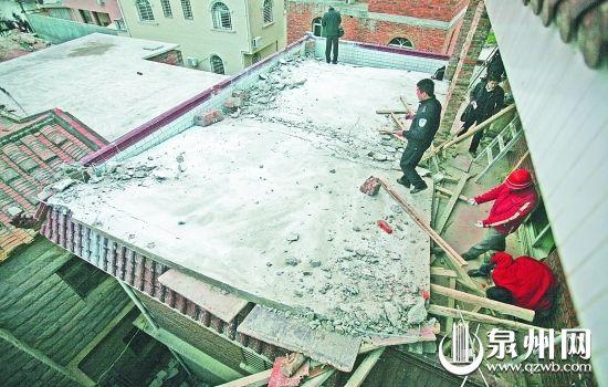 整块违建的屋顶坍塌,警察正在现场勘查
