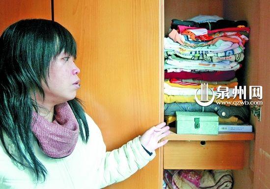 洪佩评把儿子的衣服整理得很整齐,每次看到都会伤心落泪。(石勇 摄)