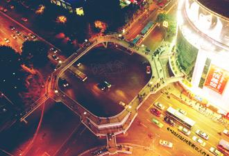 俯拍天桥 作者:何小圈