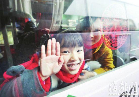 车里的小朋友高兴地跟大伙说明年见