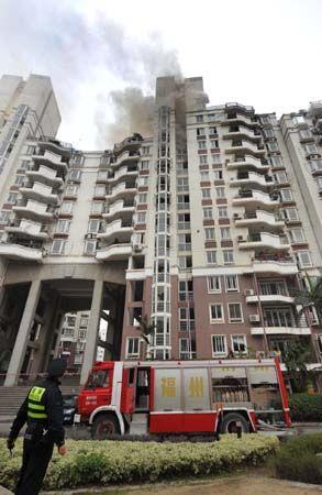 福州天泉路一小区突发火灾 3楼突着火烧到12楼