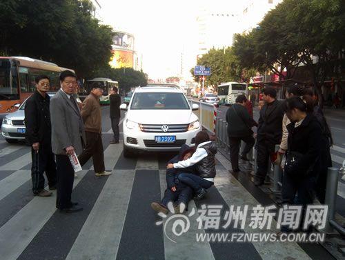 东街口海峡影城正门口的斑马线上发生车祸