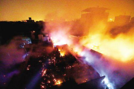 福州仓山高湖村民房大火 130多人紧急疏散