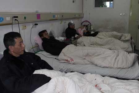 受伤的几名保安仍在医院接受治疗