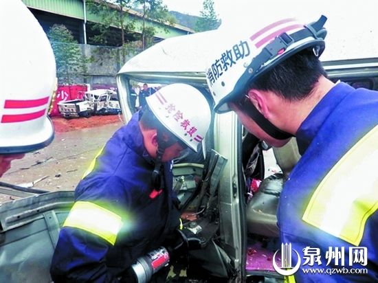消防官兵撬门解救面包车司机,画圈处为碰撞后的皮卡车。