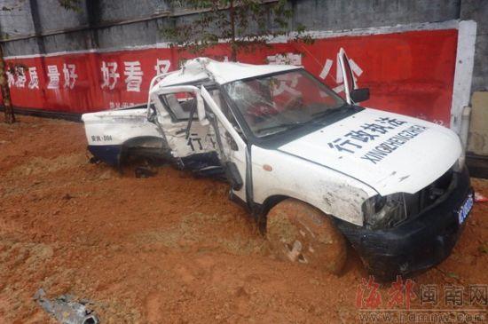 ▲执法局的皮卡车,被撞到路边