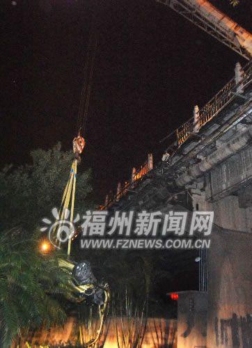 醉汉驾车冲破护栏掉下福州洪山桥 当场丧命(组图)