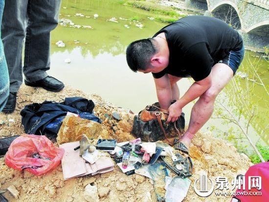 警方在河里捞起被丢弃的包