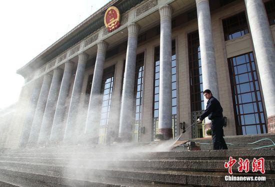 2011年2月28日,北京雪后初晴,人民大会堂的工作人员在清洗台阶。随着2011年全国两会的临近,参与两会服务的酒店、安保、交通等单位积极筹备,喜迎两会的召开。杨登峰 摄 图片来源:CFP视觉中国