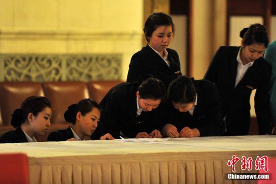 2011年2月28日,北京人民大会堂,工作人员正做准备工作。第十一届全国人民代表大会第四次会议和政协第十一届全国委员会第四次会议,将分别于3月5日和3月3日在北京开幕。大可 摄 图片来源:CFP视觉中国