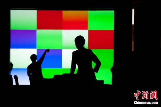 2011年2月28日,北京人民大会堂,工作人员正做准备工作。第十一届全国人民代表大会第四次会议和政协第十一届全国委员会第四次会议,将分别于3月5日和3月3日在北京开幕。陈少郎 摄 图片来源:CFP视觉中国