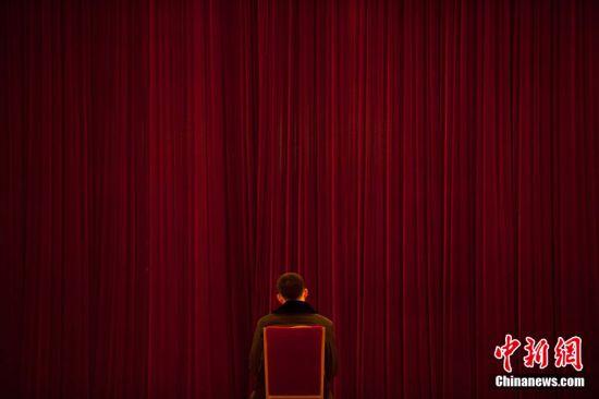 2011年2月28日,北京人民大会堂,工作人员正做准备工作。第十一届全国人民代表大会第四次会议和政协第十一届全国委员会第四次会议,将分别于3月5日和3月3日在北京开幕。图片来源:CFP视觉中国