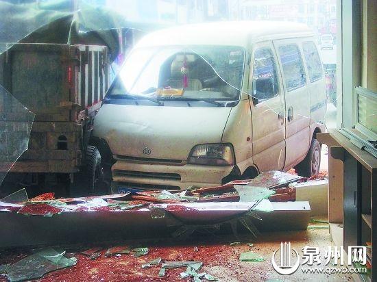 面包车撞碎玻璃墙