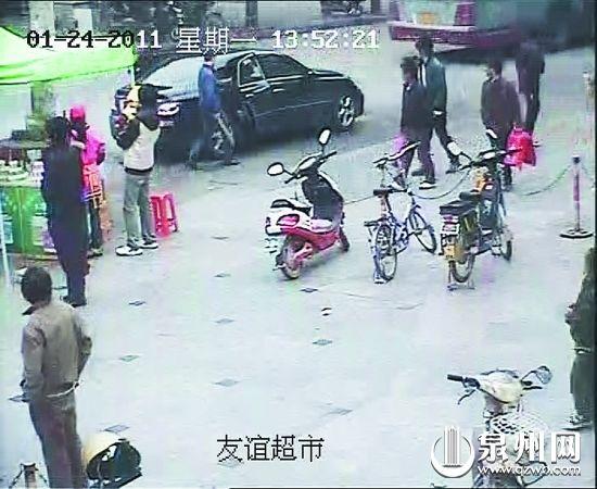 嫌犯跑上接应的轿车逃走。