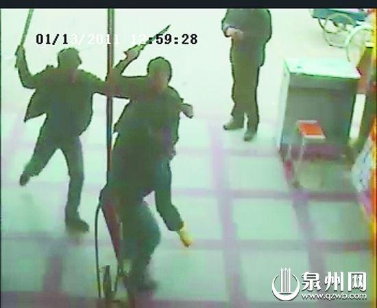该团伙成员在洛江一超市外盗窃摩托车,被车主发现后,竟持刀威胁,车主逃进超市。